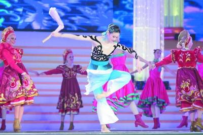 """8月6日,第三十一届中国·哈尔滨之夏音乐会——""""沿着松花江歌唱""""开幕式大型文艺演出在哈尔滨国际会展中心体育馆举行。"""