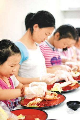 孩子们亲自体验做韩国泡菜