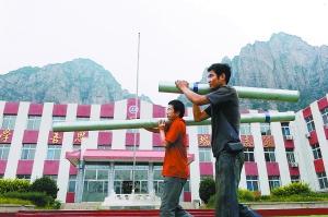 昨天,工人们在十渡中心小学抢修水井、管道、宿舍等学校基础设施,保障9月1日正常开学。记者 李继辉摄