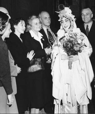 梅兰芳在国外演出时,身穿戏服与国外粉丝合影。