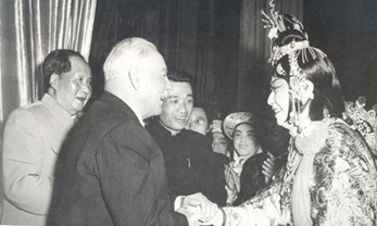 身穿戏服的梅兰芳与毛泽东罕见合影。