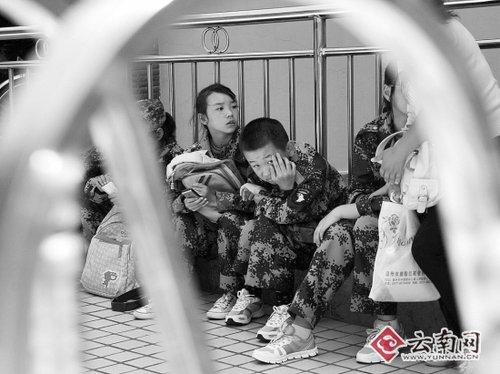 """中午不能进校门,孩子只能在校外""""放野马""""。 摄影:江洋"""
