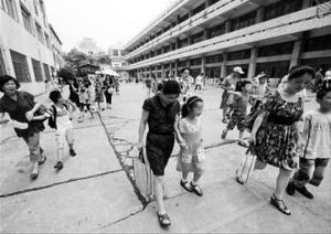 暑期,南京市一家教育培训机构的托管班放学了,家长们接孩子回家。 新华社图片