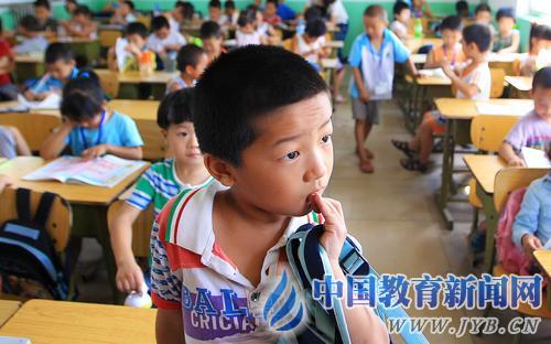 8月29日,树仁学校一年级(2)班来了个新同学,可是学校已经没有座位可以安置了。