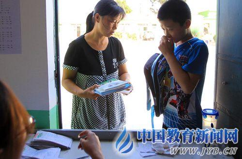 8月29日,一位学生家长在公办学校找不到位置,只得带着孩子来到树仁学校报名。