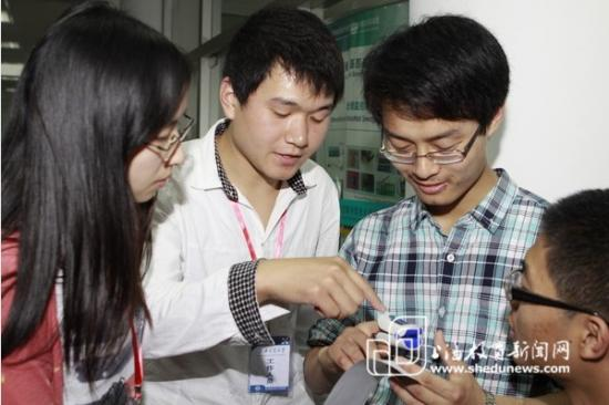 上海交大传感器项目的研究学生指导闵行中学同学如何观察传感器数值