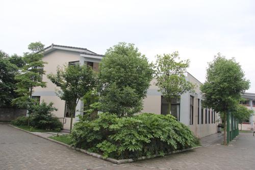 (台湾法鼓山捐建的花园式学校环境清幽、绿树成荫)