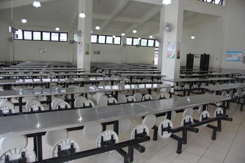(学校食堂设计独特,可容纳600人同时就餐)