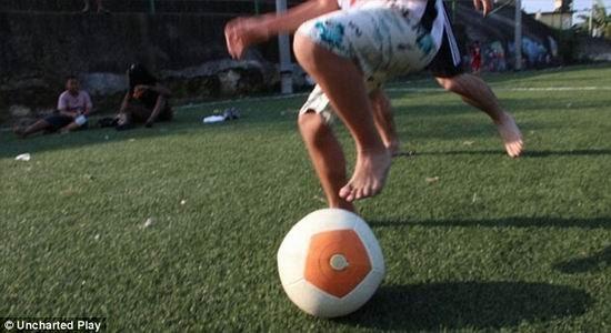 """哈佛大学毕业生组建的一支研究小组最新设计一款""""发电足球"""",能够将动能转化为电能,为室内LED灯持续照明3个小时"""