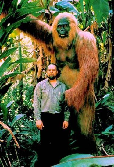 制作者比尔•芒斯(Bill Munns)和他的步氏巨猿像作品合影,几乎和小学生与姚明的对比一样夸张。