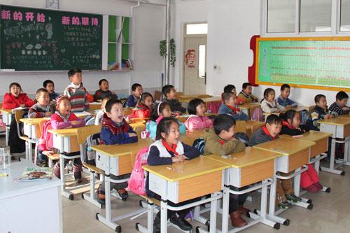 学生于洪区国奥小学在课堂上唱童谣