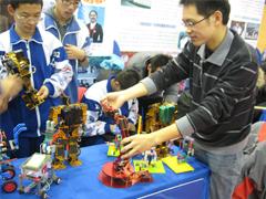 体操机器人亮相北京学生特色科技活动展示会