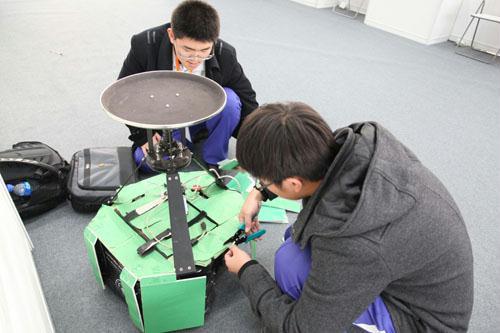 选手在调试可以躲避障碍物的送水机器人