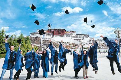 西藏大学学生欢呼毕业。
