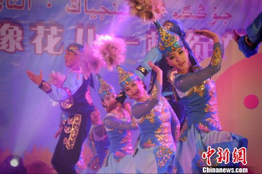 美丽的姑娘们跳起少数民族歌舞