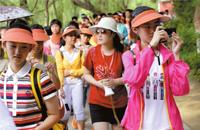 暑期高校游火爆 一日数百名游客挤进北大