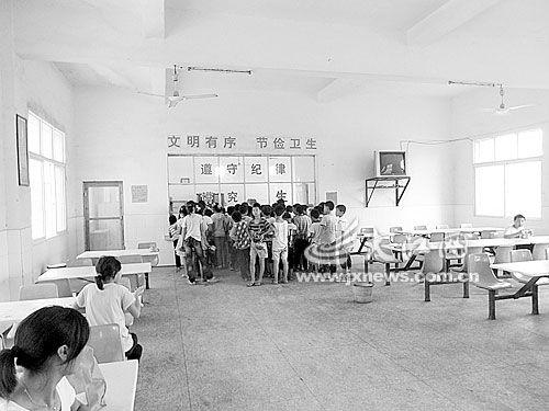 隍城镇中心小学食堂内孩子们排队打饭