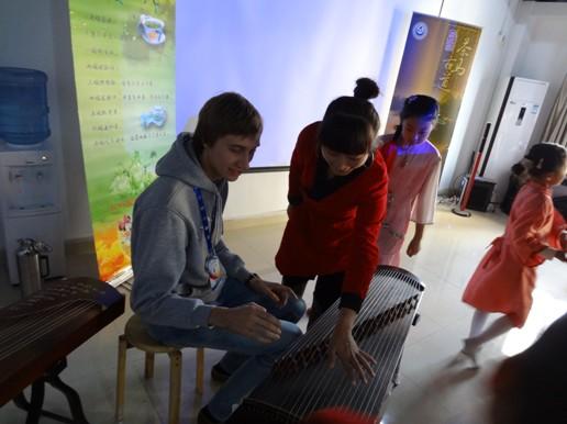 刘畅为异国友人讲述古筝文化