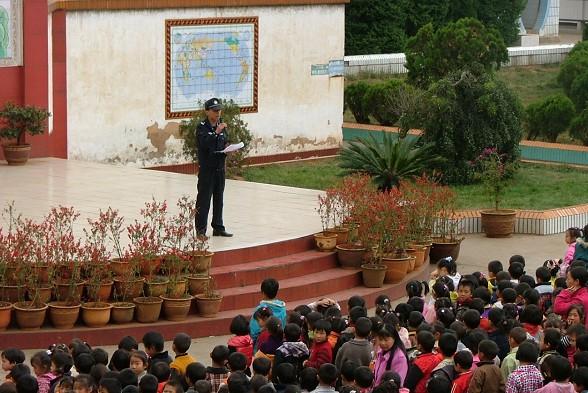 云南宣威铁警将护路宣传送进校园