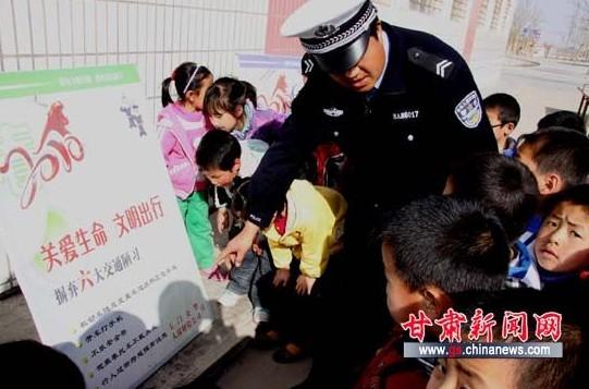 甘肃玉门交警进校园助孩子树立安全意识