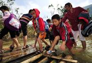 海南儋州百余学生乘竹筏上学