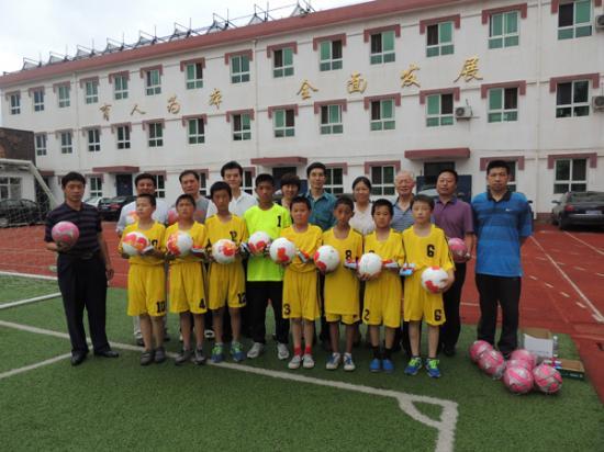 中国青少年校园足球发展计划执行委员会各位领导和汤河口镇中心小学领导、学生们合影