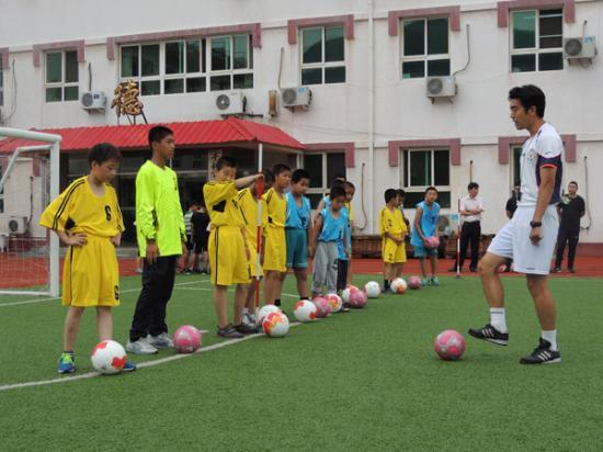 亚足联精英教练盖阳给学生授课