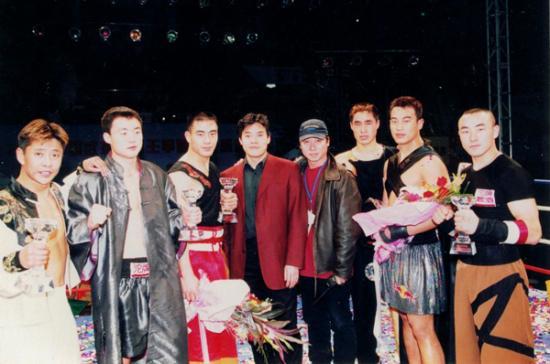 毛吉成(左四)与中国武术散打王总决赛总导演马中轩(右四)及获奖选手