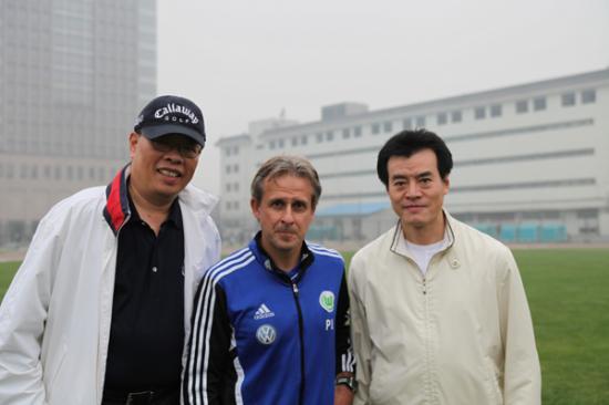 毛吉成(右)与1990年足球世界杯冠军德国队主力球员-利特巴尔斯基(中)