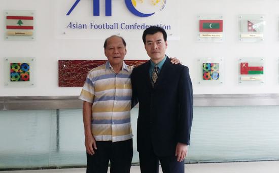 毛吉成(右)与亚足联社会发展部拿督叶任强