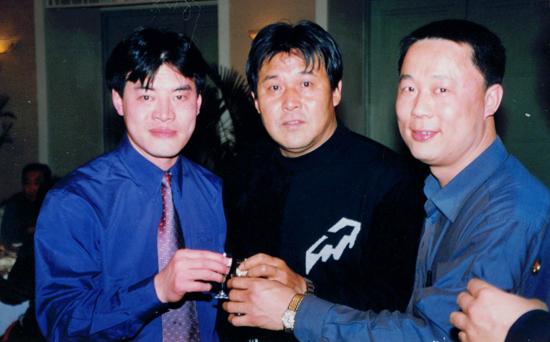 毛吉成(左)与足球高级教练员迟尚斌(中)