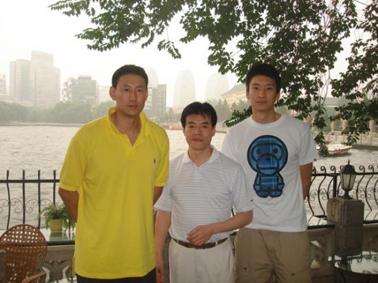 毛吉成(中)与国家篮球队教练李楠(左)和篮球运动员孙悦(右)