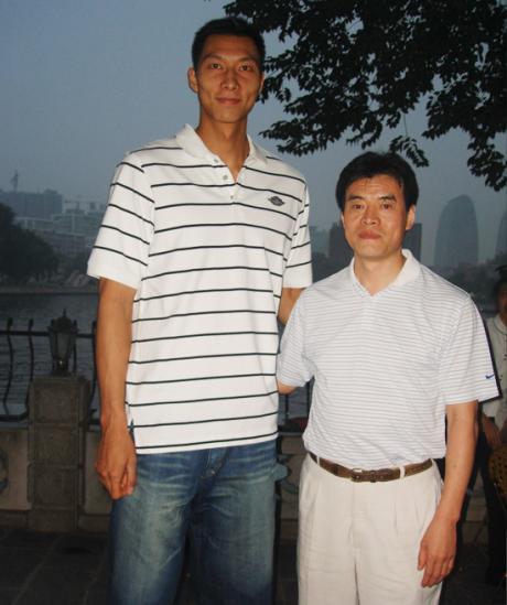 毛吉成(右)与国家篮球队著名运动员易建联(左)