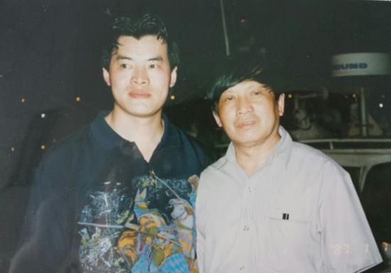 毛吉成(左)与《祖国江山一片红》邮票设计家万维生(右)