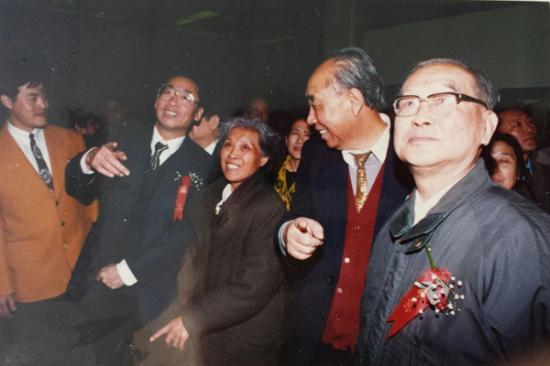 中国邮票设计家作品展开幕式,周巍峙(右一,原文化部副部长)、王郁昭(右二、原国务院发展研究中心副主任)、刘平原(右四、原邮电部副部长)出席