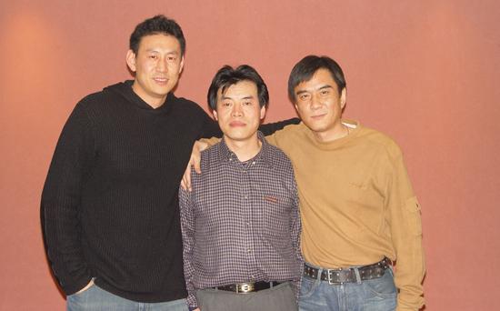 毛吉成(中)与国家篮球队教练李楠(左)、著名演员李强(右)