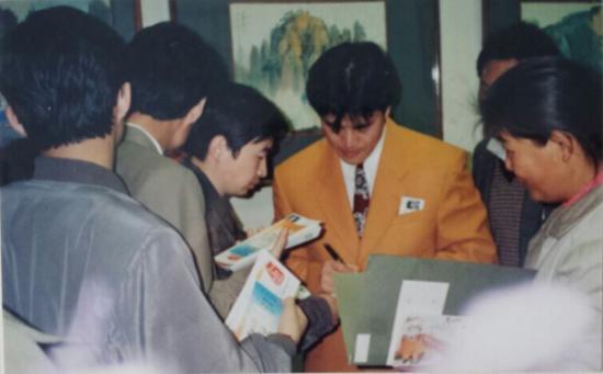 中国邮票设计家作品展签售现场