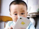 手机电脑把青少年熬成近视 用眼过度堪忧