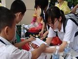 小学生们参加物理科普活动