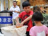 杭州十岁少年路边摆摊免费送凉茶