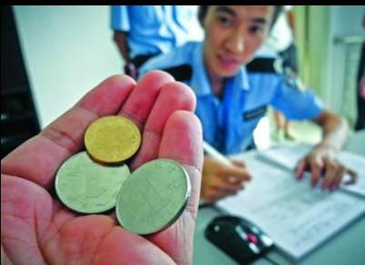 《1分钱》伴无数人成长 女孩捡2.5元坚持交警察