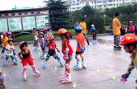 滑轮运动有益孩子身心健康 过量适得其反
