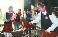 小学四年级组织春游很特别 走进铁铺学打铁