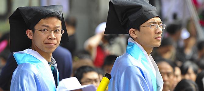硕士研究生课程怎么上?师生全部换上了宋代儒生服饰,在数千年的柏树下学堂中聆听教授讲学。