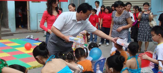 """截至2012年,我国特殊教育学校共有1853所,在校残疾学生37.88万人,特殊教育专任教师4.37万名。残疾儿童少年接受义务教育比例72.1%,比2008年提高了近10个百分点。此外,我国即将启动实施《残疾儿童少年义务教育攻坚计划》,解决8万名未入学适龄残疾儿童少年""""有学上""""的问题。"""