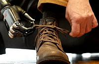 最先进的仿生机械手臂可以系鞋带玩扑克牌