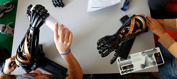 来自美国马萨诸塞州罗伊斯顿市的奈哲尔-阿克兰德从2012年11月就安装了一个类似终结者的机械手臂,目前使其升级更具敏感性。