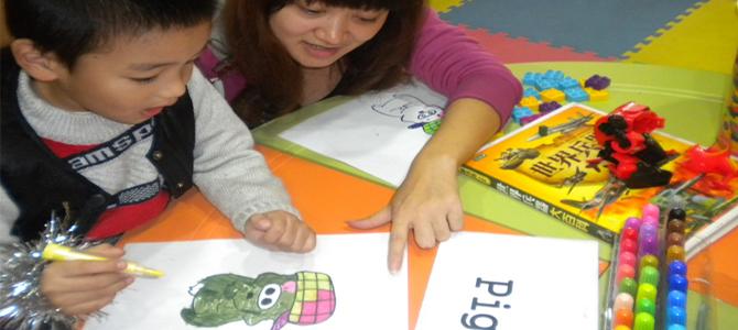 孩子在6岁之前,对语言的接受能力很强,如果在这时能够适当地进行英语启蒙教育,就会取得事半功倍的效果,而且可以培养孩子对英语学习的兴趣。英语是一种国际通用语,不懂英语,在信息交流方面会受到很大的限制。同时研究还表明,学外语会促进智力的发展。