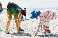 中国年轻人塞班旅行随手捡垃圾 文明旅游需社会共识