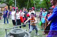 组织单亲家庭去旅游 多种方式帮扶单亲孩子